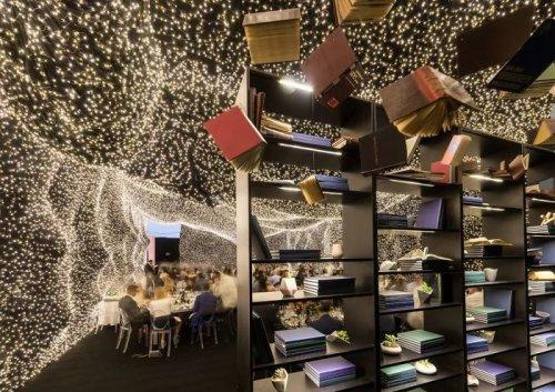 Космический ресторан в Мексике Придать своему ресторану вид бескрайнего открытого космоса пришла к владельцам не случайно. Они являются ярыми поклонниками фильма Интерстеллар, и атмосфера