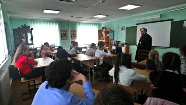Беседа священнослужителя со школьниками в станице Вышестеблиевской