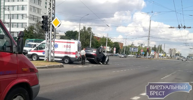 На перекрёстке Пионерская-Московская перевернулся автомобиль