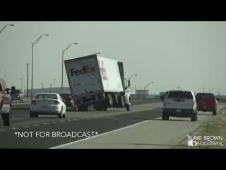 Сильный ветер с порывами до 35 м/c опрокидывает фуры,на трассе у Города Амарилло,Штат Техас, США.13 Марта.