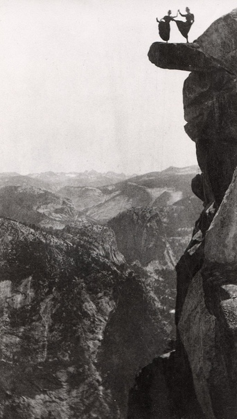 Китти Татч и Кэтрин Хазелстон, работающие официантками в отеле Yosemites Sentinel, танцуют на вершине нависающей скалы на Glacier Point, Долина Йосемити, 1890