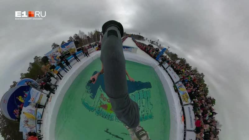 Журналистка E1.RU в костюме телебашни съехала со склона в ледяной бассейн