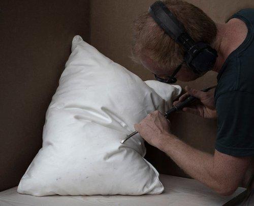 Реалистично выглядящие подушки, искусно высеченные из мрамора