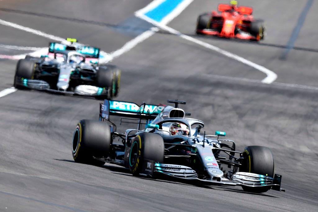 Гонщики Mercedes опережают Ferrari (на дальнем плане) в гран-при Франции 2019 года