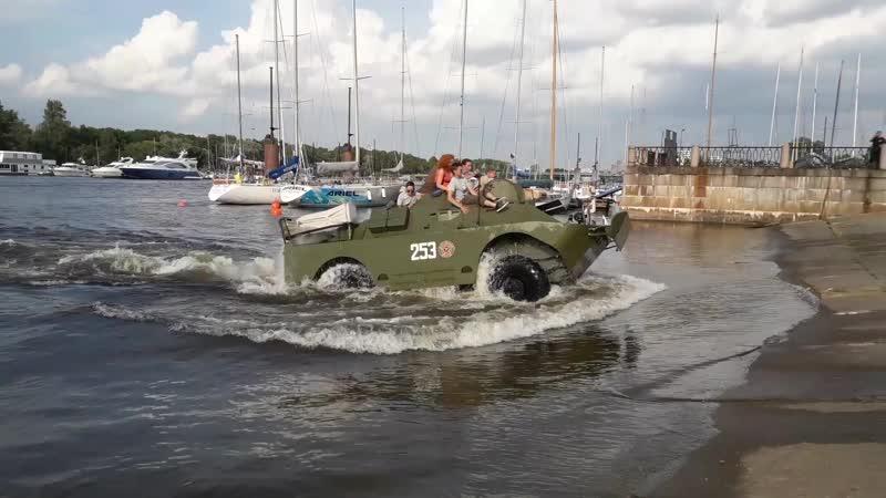 Заплыв на БРДМ2 по Малой Невке