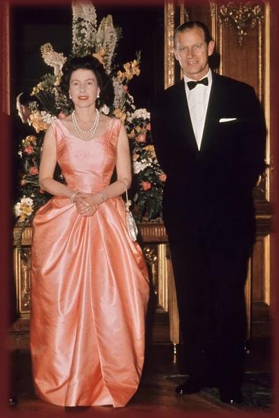 Вечерние образы молодой королевы Елизаветы II Сейчас со страниц глянцевых журналов, из интернета и социальных сетей не сходят модные образы молодых герцогинь Кейт и Меган, но когда-то и сама