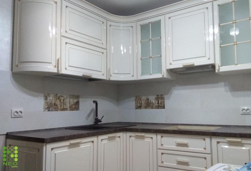 Радиусные фасады: особенности кухни с гнутыми дверцами шкафов