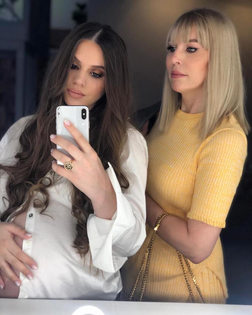 Фотосессия беременной Саши Артемовой с мамой