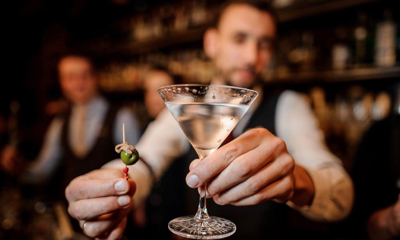 Многих манят бары где разливают алкоголь из красивых бутылок