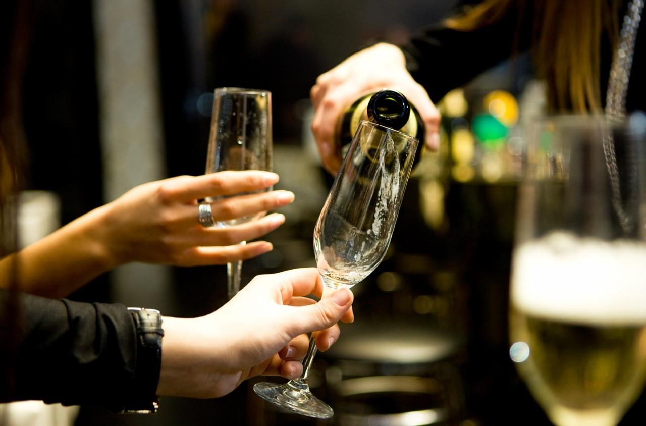 Многие люди часто посещают мероприятия где распивают алкоголь