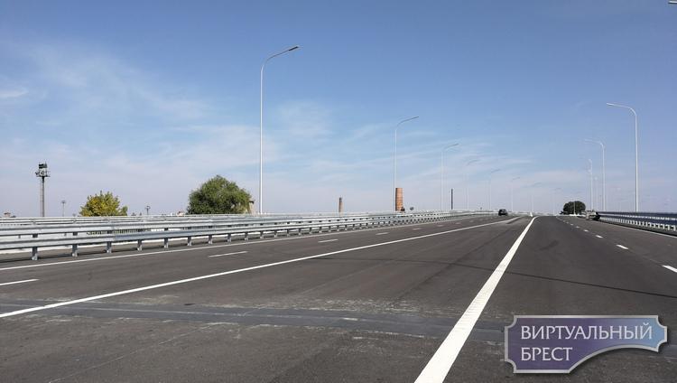 На новом путепроводе Западного обхода уже есть разметка и даже светофор. Мы проехались