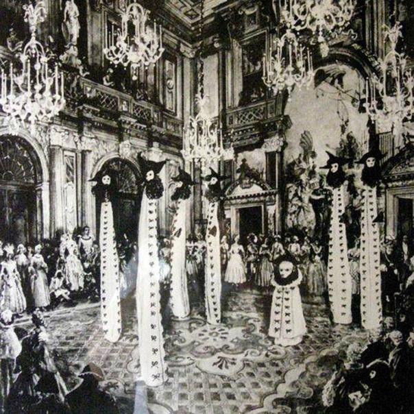 Эти необычные костюмы  «призраков Венеции»  придумал Сальвадор Дали для бала-маскарада, который дал в сентябре 1951 года в Венеции миллионер Шарль де Бестеги