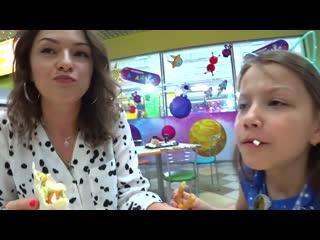 Вики шоу - человек передо мной решит что я буду кушать и мама 24 часа челлендж с едой viki show новое видео с мамой
