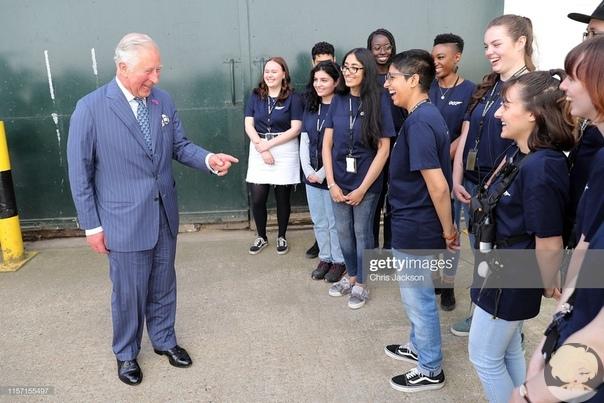 """Дэниел Крейг провел принцу Чарльзу экскурсию по съемочной площадке """"Джеймса Бонда"""""""