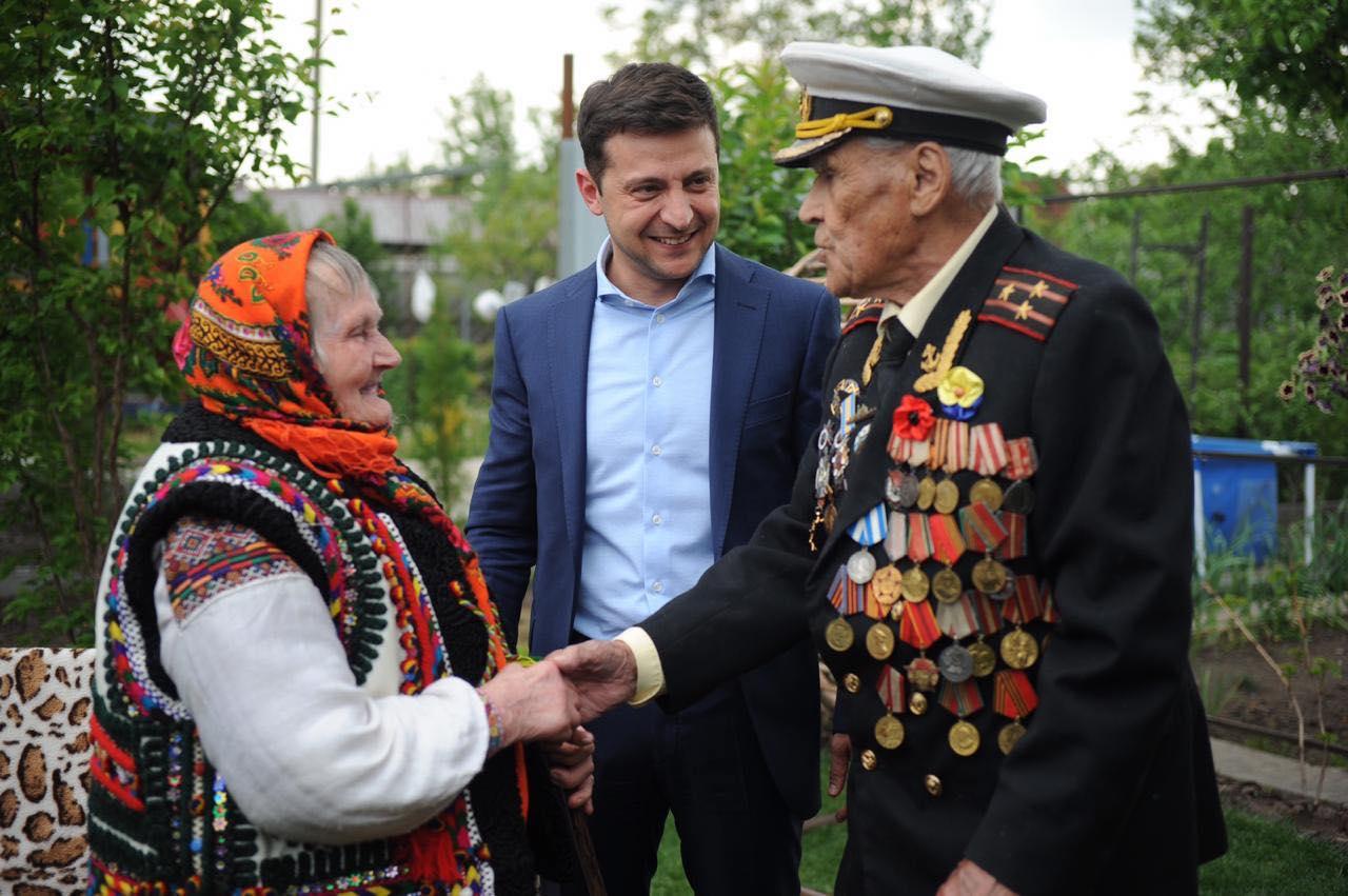 Зеленский выложил фото со связной УПА* и ветераном Второй мировой
