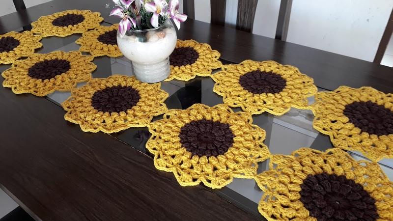Trilho de mesa em crochê flor girassol