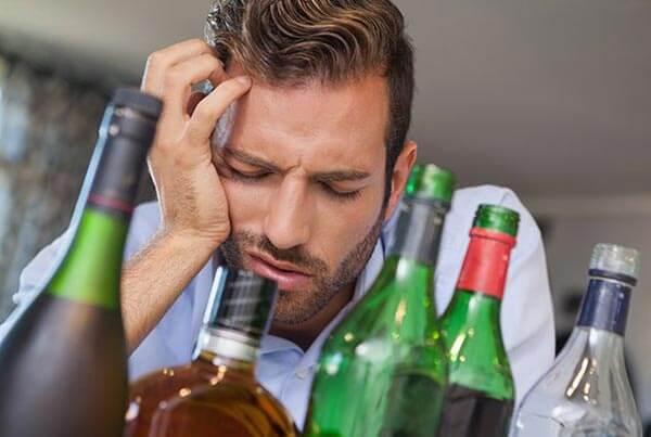 Приступ является лишь одним из симптомов, которые могут возникнуть во время отмены алкоголя.