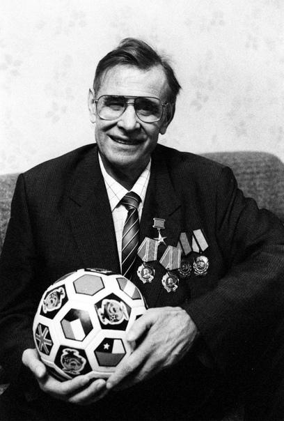 past Лев Яшин. Лев Иванович Я́шин (22 октября 1929 года, Москва - 20 марта 1990 года, Москва) - советский футбольный вратарь, выступавший за московское «Динамо» и сборную СССР. Биография.