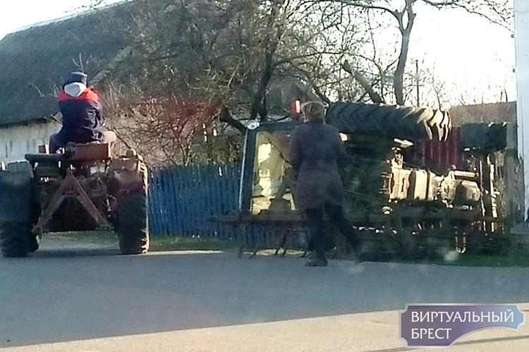 В Лунинце трактор перевернулся на въезде в огород у дома