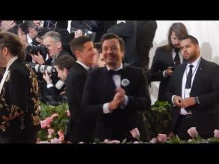Jimmy Fallon hangs out with Idris Elba at Met Gala 2019 alongside w Emily Ratajkowski _ Emma Stone