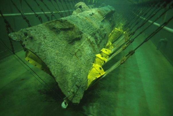 ТАЙНЫ СУБМАРИНЫ КОНФЕДЕРАТОВ - ПЕРВОЙ ПОДЛОДКИ, УСПЕШНО ПРИМЕНЕННЫЙ В БОЮ Летом 2000 года экспедиция во главе с Клайвом Касслером подняла со дна океана недалеко от города Северного Чарльстона в