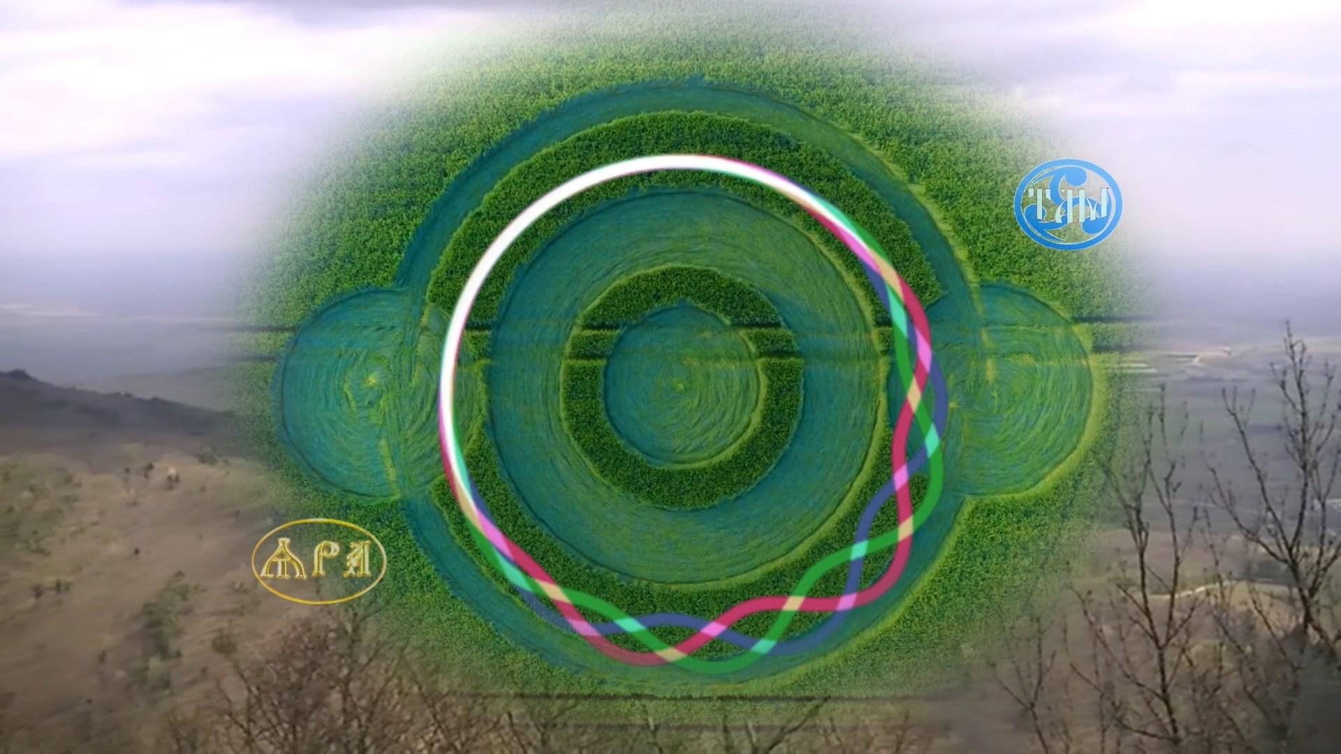 Сфера соединения пространств или Курс на исходную точку времени. Смена пространств. Соединение очередных пространств в оригинал. Оригинал нашего пространства жизни, нашего бытия, нашего сознания жизни. В наш оригинал пространства с 2017 года началось вливание, соединение, совмещение всех существующих пространств и подпространств нашей особенной, по космической значимости, планеты Земля. С 2012 по 2019 год, происходят ситуации, когда на ходу, на несколько минут замирают люди при ходьбе, останавливаются двигающиеся по автостраде автомобили или летящие птицы, застывают в курсивном движении, а Вы в это время наблюдаете за со стороны, или даже снимаете застывшее на видео камеру. В одном и том же фильме, мультфильме, видеоизменяются сюжеты. Физические ощущения, странности, происходящие с телом , когда путешествуешь, прогуливаешься на природе, так же шокируют. Путешествуя по горам Франции, слушал в пустом лесу и под ногами человеческую речь, мало различимую по фразам, но говорили именно люди. В Одессе на пустынном карьере, я слышал мужской голос, словно он проходил совсем рядом, при этом никого близко не было, кроме песка и воды. Соединение пространств, сопряжённое с ускорением времени в часах и минутах. Соединение пространств, сопряжённое с замедлением времени в ощущении и бывает зрительно, когда секундная стрелка движется гораздо медленнее, чем обычно. О многом ином, в фильме «Сфера соединения пространств или Курс на исходную точку времени».