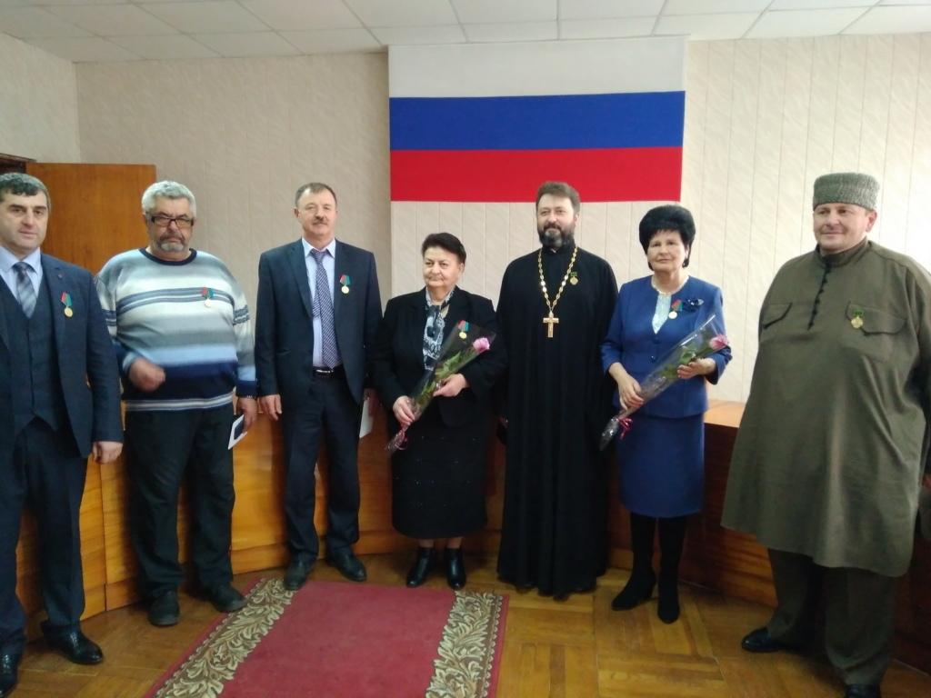 Власти Зеленчукского района наградили местных жителей званиями и медалями