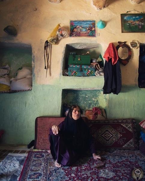 ДЕРЕВНЯ САР АГА СЕЙЕД (ИРАН) Sar Agha Seyed - крохотное горное поселение, спрятанное от посторонних глаз. Добраться сюда можно только летом, потому что уже осенью горные перевалы заваливает