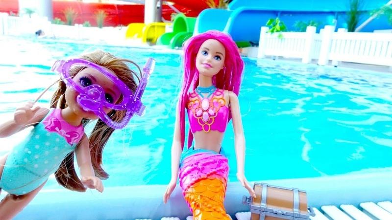 Video con le bambole Barbie. Evi gioca nel parco acquatico. Giochi per bambini