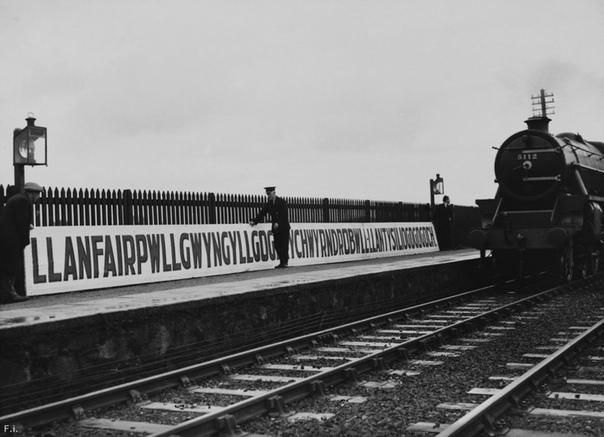 Установка таблички на железнодорожной станции «Llanfairpwllgwyngyllgogerychwyrndrobwllllantysiliogogogoch» (Лланвайрпуллгвингиллгогерыхверндробуллллантисилйогогого́х в Уэльсе,