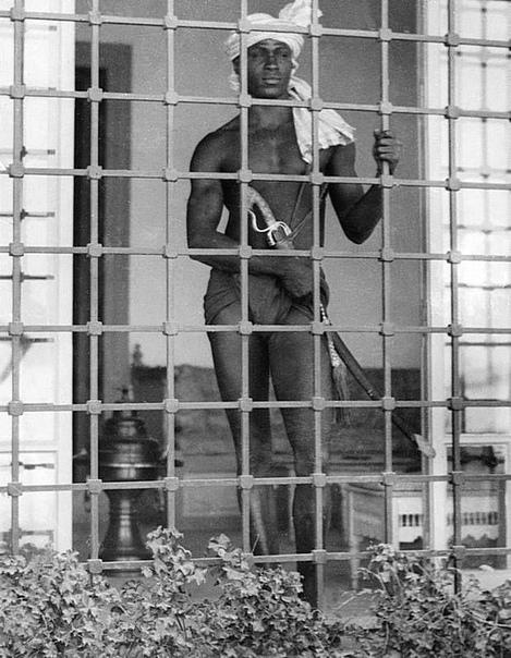 Евнух охраняет гарем (Тунис, 1931 год)