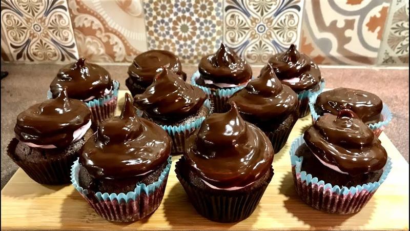 Капкейки шоколадные- шоколадное тесто, внутри кусочки шоколада, сверху шоколадная глазурь- обалдеть!