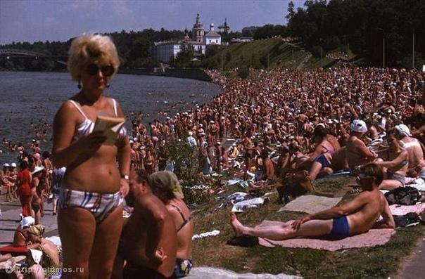 Пляжный сезон на Воробьевской набережной. 1975 год