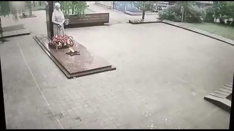 Серов Свердловская область Малолетки сожгли венки на мемориале