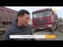 Самосвалы, застрявшие в асфальте на трассе в Карагандинской области, до сих пор не вытащили