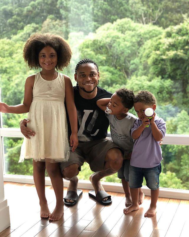 Луис Адриано с детьми