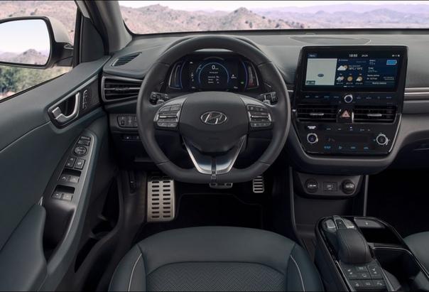 Гибридные Hyundai Ioniq обновились еще в начале года: они получили переработанный экстерьер и новый салон. Теперь очередь дошла до электрической версии лифтбека. Главное отличие от дореформенной