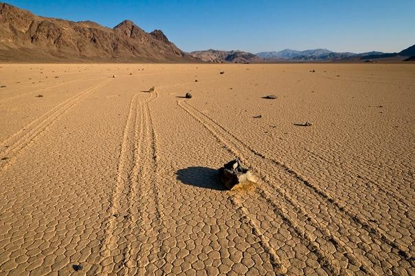 СКОЛЬЗКИЙ МОМЕНТ: КАК РАЗГАДАЛИ ТАЙНУ ПОЛЗУЩИХ КАМНЕЙ В ДОЛИНЕ СМЕРТИ Десятилетиями учёные не могли понять, что приводит в движение камни, оставляющие за собой следы на дне высохшего озера...
