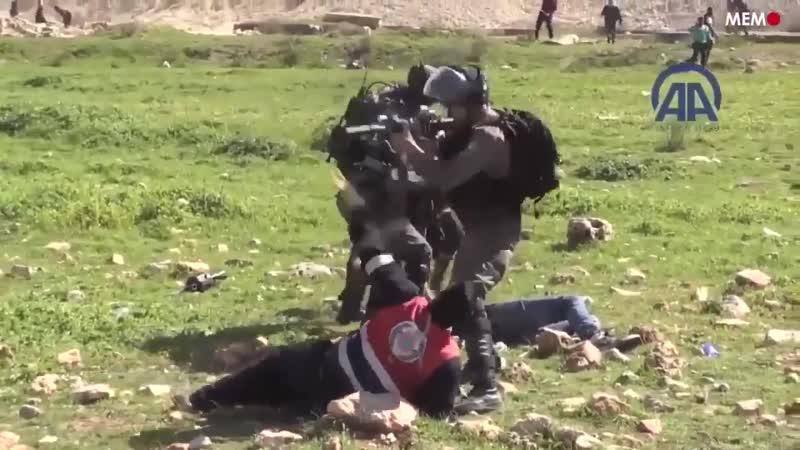 Des soldats israéliens agressent des secouristes ambulanciers palestiniens alors quils soccupent des blessés