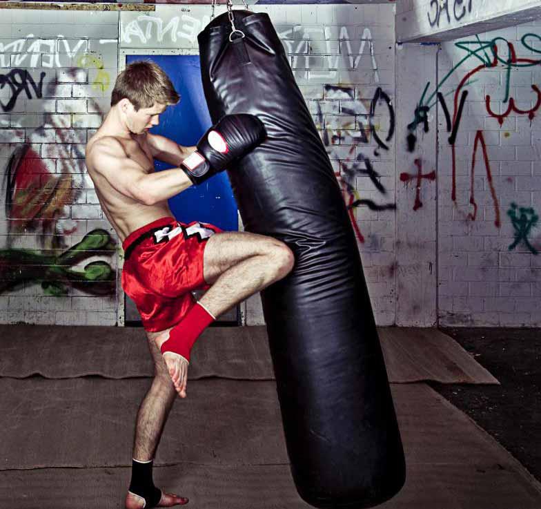 Использование движений кикбоксинга с боксерской грушей может обеспечить интенсивную и разнообразную тренировку.