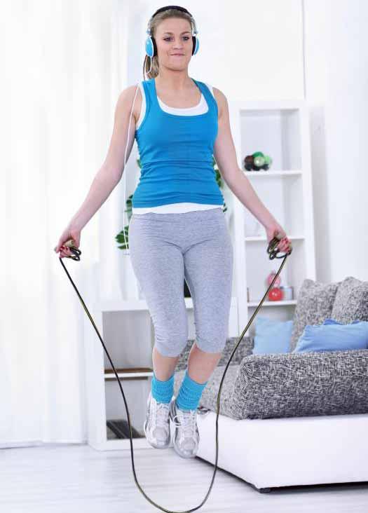 Тренировки по боксу могут включать в себя наращивание выносливости с использованием основных движений скакалки.