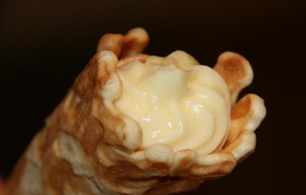 Вафельные трубочки с заварным кремом.