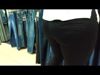 Big ass saleswoman in tight lycra pants (та самая продавщица  с сочной жопой в тугих лосинах)
