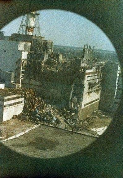 Первое фото после взрыва на Чернобыльской АЭС, снятое с вертолёта. Шумы на фото - уровень зашкаливающей радиации.