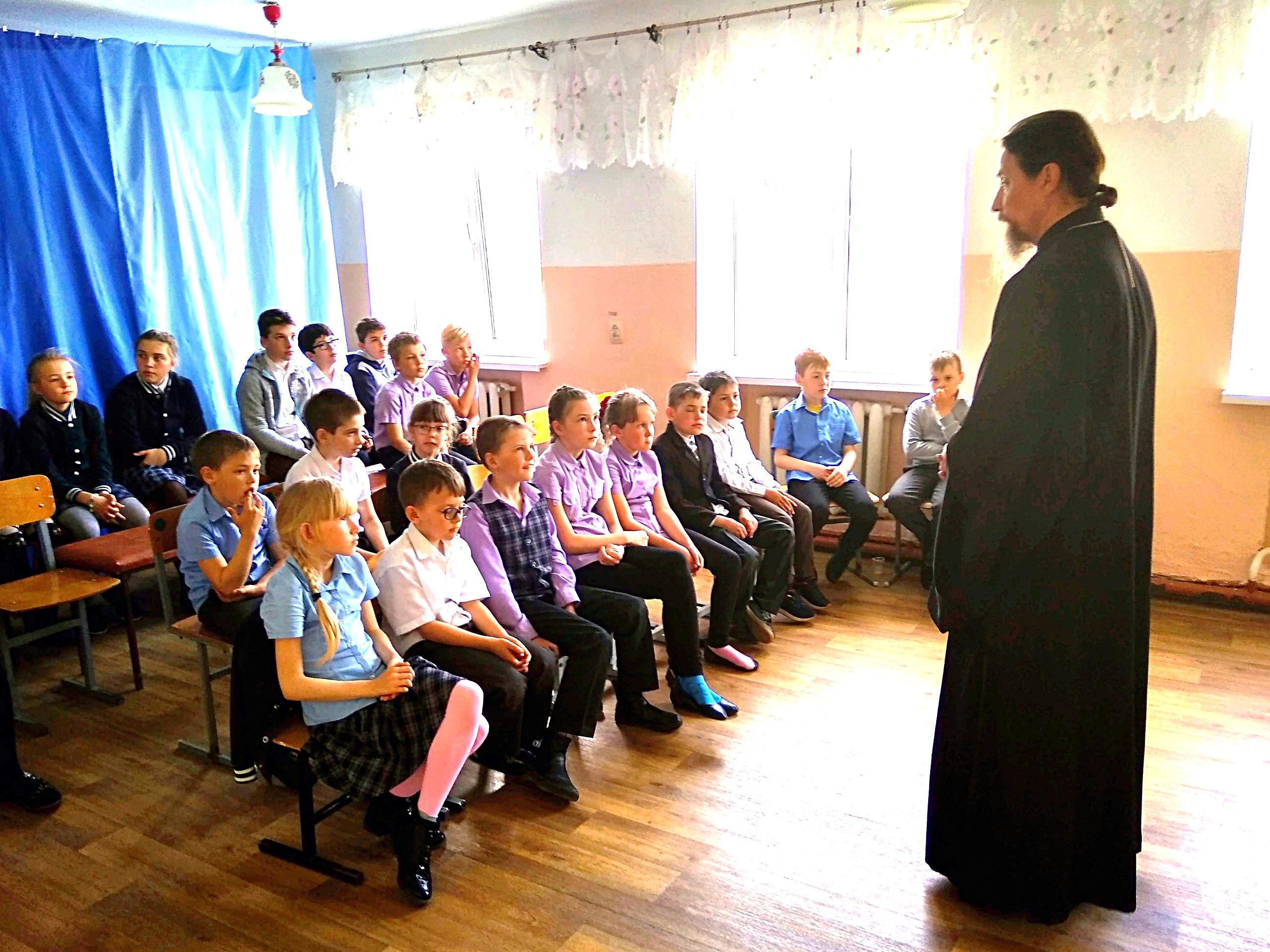 Настоятель храма святого апостола Стефана ст. Запорожской посетил школу.