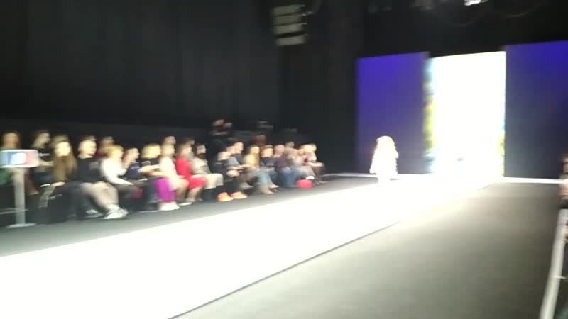 Юная модель Арфения на показе Moscow Fashion Week