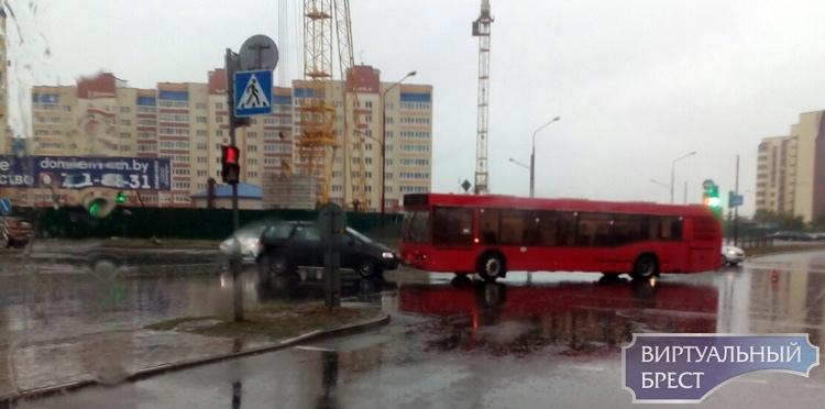На Сальникова-Махновича столкнулись автомобиль и автобус. Как так?
