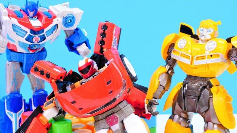 Transformers oyuncakları. Optimus Prime ve Bumblebee SOS yardım sinyali duyuyorlar