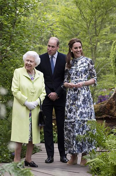 Герцогиня Кембриджская Кейт провела для королевы Елизаветы II экскурсию по саду Сегодня герцогиня Кембриджская Кейт посетилафестиваль цветов Chelsea Flower Garden, для которого создала