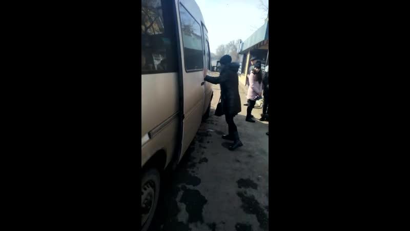 Водитель белого микроавтобуса, ГРНЗ 075 DGA 09, который 21.03.2019 г., в 11 ч.35 м., в г. Шахтинск, на остановке «МАКС» нелегаль